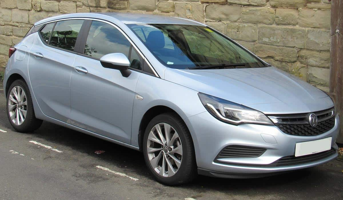 2017_Vauxhall_Astra_Design_1.4_Front
